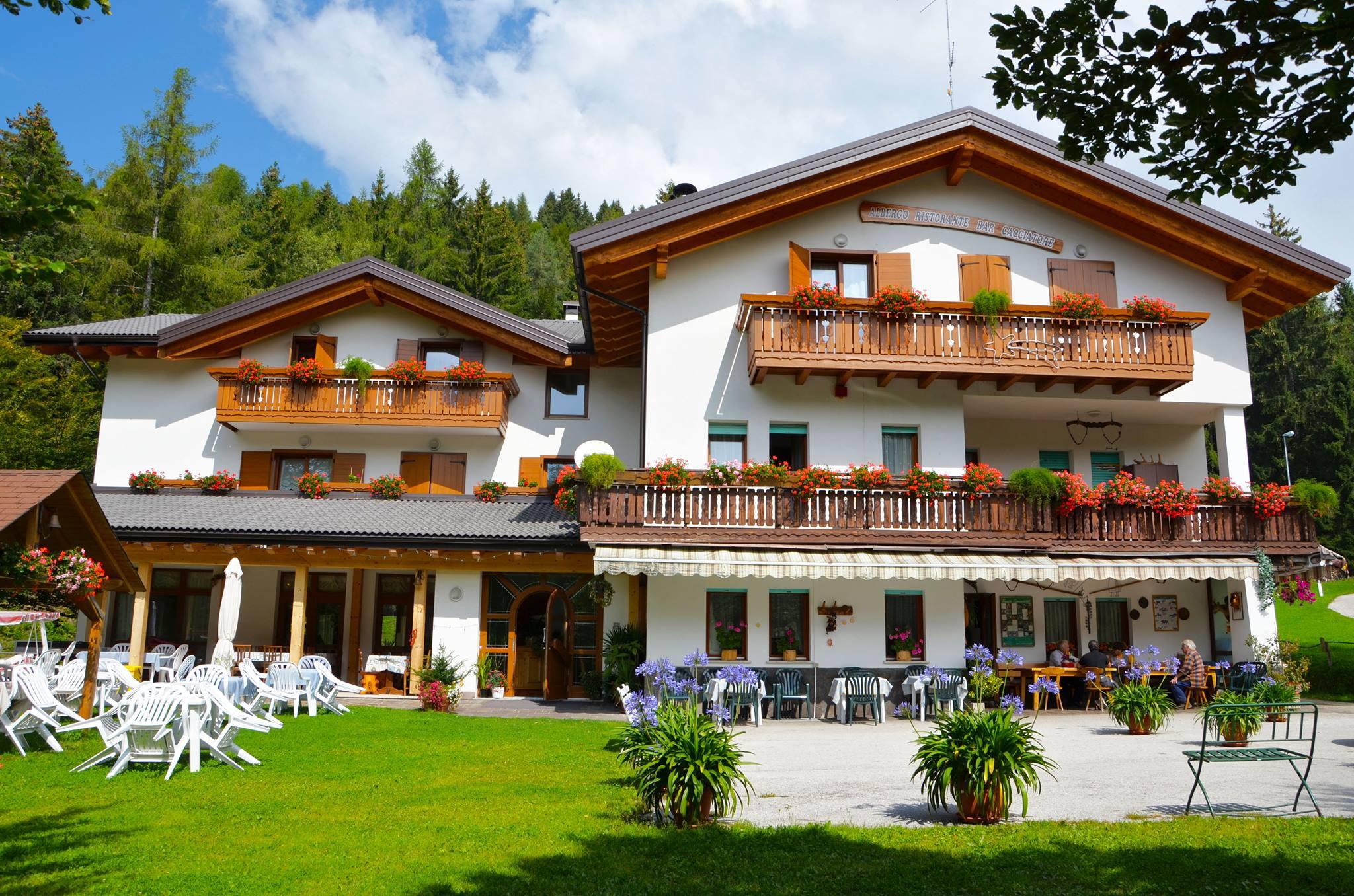 Pranzo all'aperto in montagna vicino a Trento